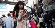 Токионун көчөүндө бараткан кыз. Архив