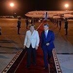 Кызыл килемде басып келе жаткан КР президенти Алмазбек Атамбаев менен Германиянын канцлери Ангела Меркель
