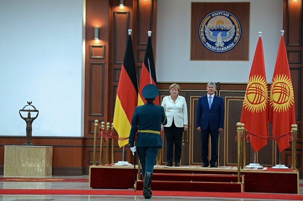 Ардак кароолдун командири даражалуу конок — Германиянын канцлери жана КР президенти менен аскердик тартипте учурашып жатат