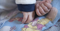 Руки новорожденного ребенка. Архивное фото