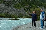 Тогдашний президент Кыргызстана Алмазбек Атамбаев и канслер Германии Ангела Меркель гуляют по парку Ала-Арча. Архивное фото