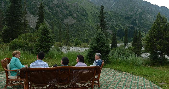 Визит состоялся по приглашению президента Алмазбека Атамбаева.