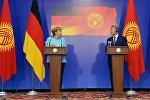 Президент КР Алмазбек Атамбаев во время совместной пресс-конференции с канцлером Германии Ангелой Меркель
