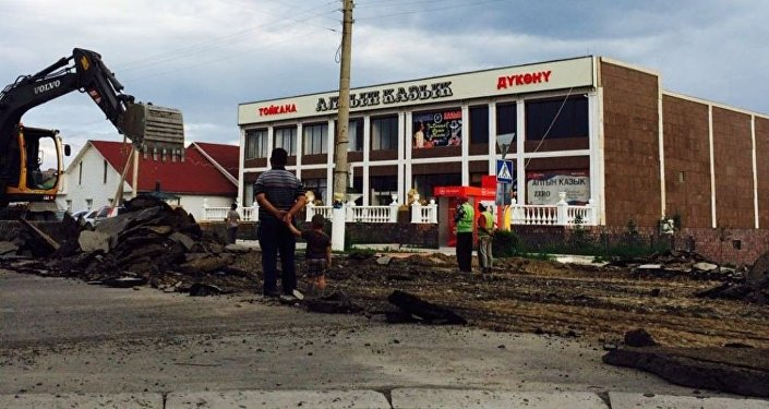 Пресс-служба мэрии Балыкчи сообщила, что в связи с дорожно-строительными работами центральная улица Абдрахманова (бывшая Фрунзе) — основная дорога на пути следования в Чолпон-Ату — закрыта полностью.