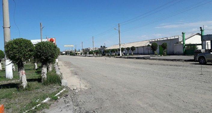 На первых двух километрах трассы в городе сняли асфальт, а когда закончат ремонт, неизвестно