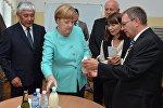 Федеральный канцлер Германии Ангела Меркель во время посещения кыргызского государственного технического университета