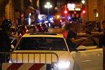 Сотрудники правоохранительных органов проверяют проезжающего рядом с терактом водителя