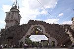 Посетители у главного входа в Московский зоопарк. Архивное фото