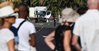 Сотрудники полиции и эксперты стоят рядом с грузовиком, проротаранил толпу людей в Ницце