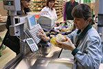 Покупатели оплачивают покупки в супермаркете. Архивное фото