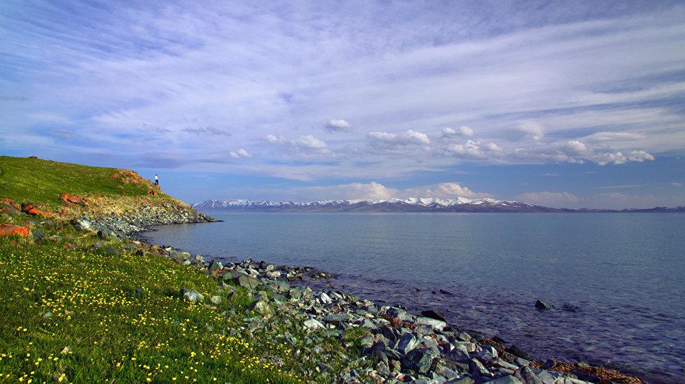 Соң-Көл көлү. Нарын облусунда, деңиз деңгээлинен 3016 метр бийиктикте орун алган. Бул Кыргызстандын эң ири бийик тоолуу көлдөрүнүн бири үчүн анча мүнөздүү болбогон сүрөт.