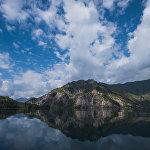 Сары-Челекский заповедник. Высокогорное озеро в Джалал-Абадской области окружают склоны Чаткальского хреба и заросли фруктовых и ореховых лесов.