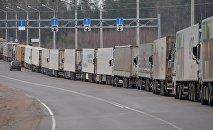 Грузовые авто в очереди на пересечении границы. Архивное фото