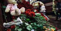 Цветы и детские игрушки у Генерального консульства Франции в Санкт-Петербурге в память о погибших в результате террористического акта в Ницце