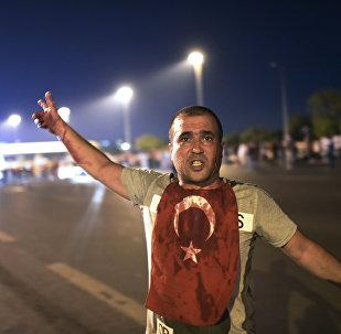 Один из участников попытки государственного переворота в Турции с флагом страны на груди