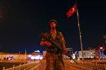 Турецкий военнослужащий стоит на площади Таксим в городе Стамбуле. Архивное фото