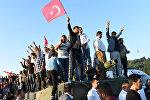 Жители Стамбула празднуют отбитие у военных моста Босфорскиого моста