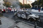 Сожженный автомобиль на одном из улиц Стамбула