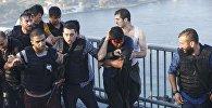 Мост через Босфор. Полиция пытается защитить солдат от разъяренной толпы