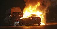 Горящий автомобиль в ходе перестрелки турецкими военными и полицейским на площади Таксим в Стамбуле