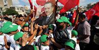 Түркиянын президенти Режеп Тайип Эрдогандын портретин көтөргөн жарандар. Архив