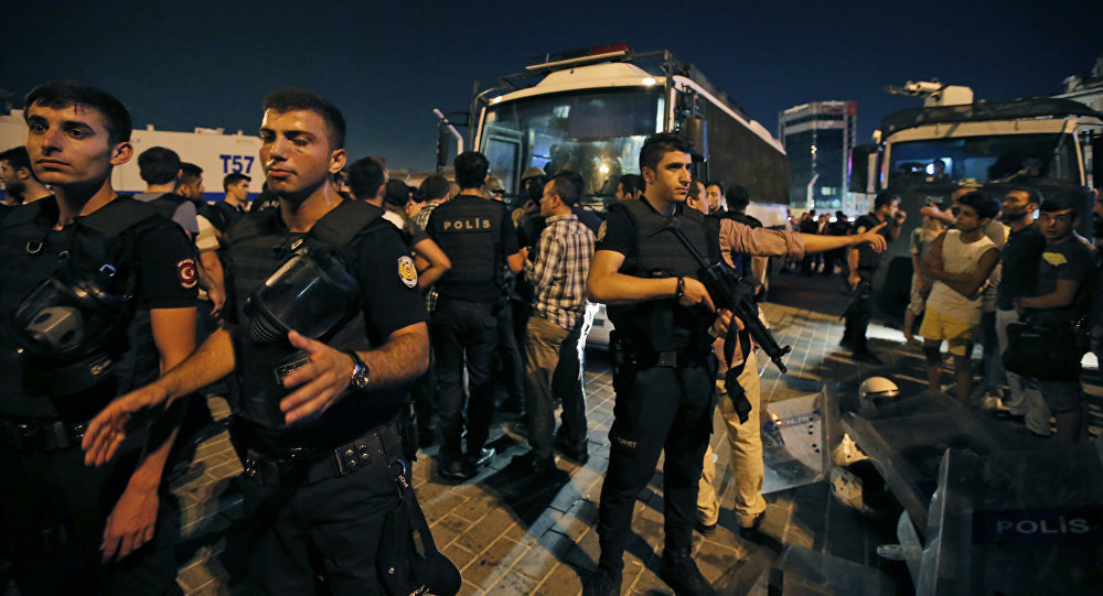 Сотрудники полиции турции на площади Таксим в Стамбуле