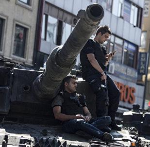 Сотрудники полиции сидят в Стамбуле. Архивное фото