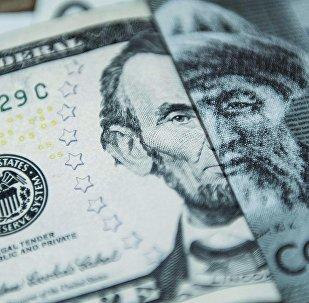 Доллар жана сом валютасы. Архивдик сүрөт