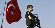 Стамбулда полиция кызматкери. Архив