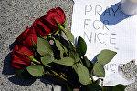 Цветы и свечи в память о погибших в результате террористического акта в Ницце