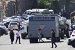 Көчөнү жаап жаткан полиция кызматкерлери