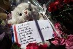 Игрушка и цветы на Английской набережной в Ницце в память о погибших в результате террористического акта