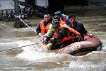 Китайские спасатели эвакуируют жителей из затопленного района. Архивное фото