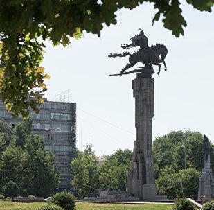 Памятник Манас у национальной филармонии в Бишкеке. Архивное фото