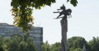 Памятник Манасу у национальной филармонии в Бишкеке. Архивное фото
