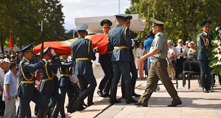 Панихида народного поэта и героя КР Суйунбая Эралиева. Архивное фото