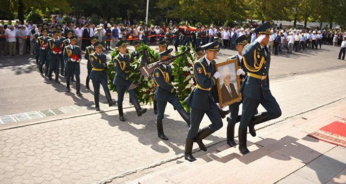 Солдаты национальной гвардии несут портрет народного поэта и героя КР Суйунбая Эралиева