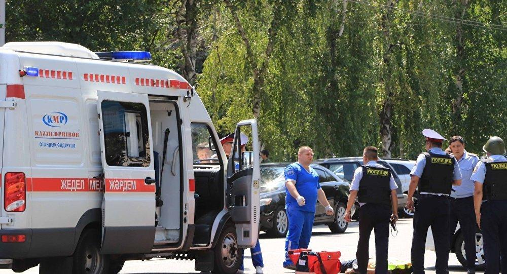 Сотрудники полиции около Алмалинского районного отдела внутренних дел в центре Алматы
