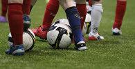 Балдар футбол ойноп аткан кезде. Архивдик сүрөт