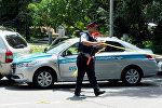 Алматынын атышуу болгон жеринде полиция кызматкери. Архив