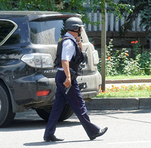 Алматыда полиция кызматкери. Архив