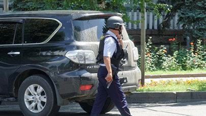 Алматы шаарындагы полиция кызматкери. Архив
