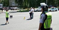 Сотрудники полиции около Алмалинского районного отдела внутренних дел в центре Алматы. Архивное фото
