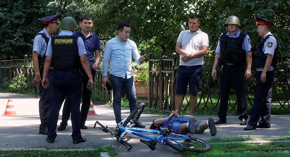 Сотрудники полиции возле задержанного в центре Алматы. Архивное фото