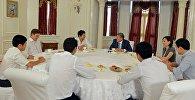 Президент Кыргызской Республики Алмазбек Атамбаев во время встречи с командой КВН Азия MIX. Архивное фото