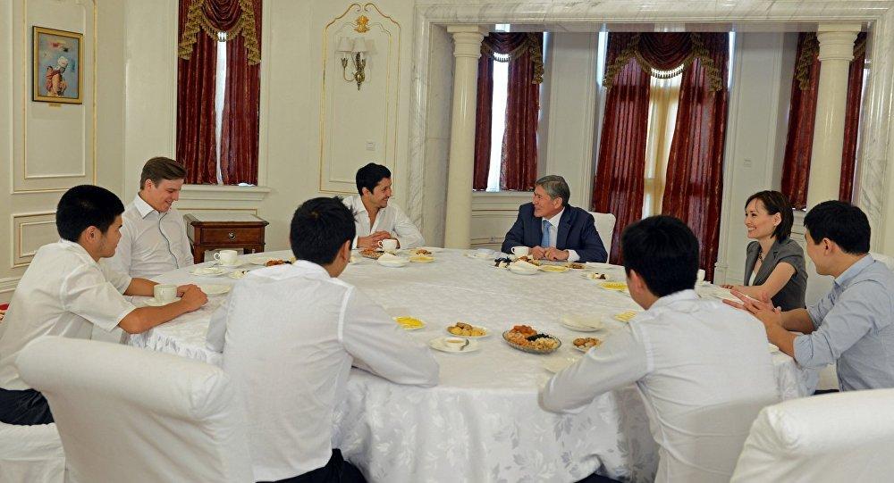 """Атамбаев: """"""""Азия MIX"""" командасынын жеңиши кыргыз элине жаңы жылдык белек болду"""