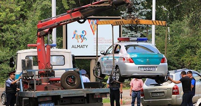 Сегодня около 11 часов утра неизвестный мужчина попытался проникнуть в Алмалинское РУВД Алматы, ранил постового полицейского, завладел его автоматом и скрылся.