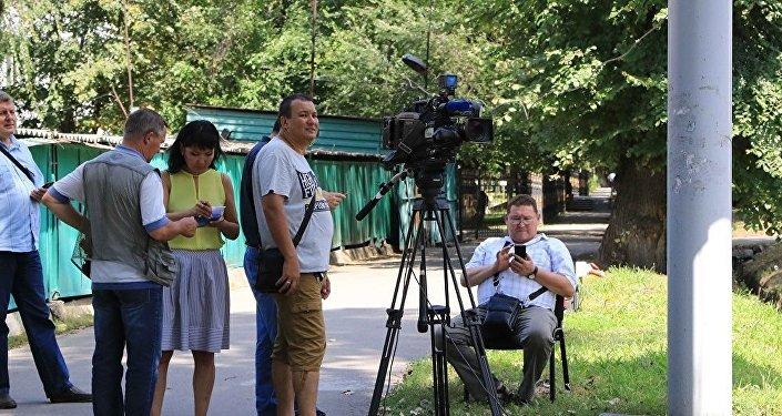 Сотрудники СМИ на улицах Алматы
