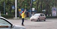 Работник точки фастфуда регулировал движение в центре Бишкека