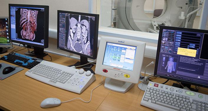 Компьютеры с изображениями результатов томографии пациентов. Архивное фото